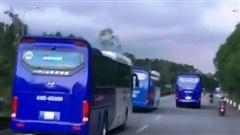 Đoàn xe chở công nhân liên tục cản đường xe chữa cháy