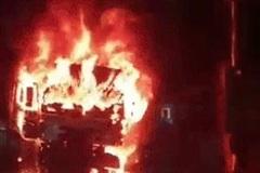 Xe tải cháy ngùn ngụt sau va chạm xe máy, một người tử vong