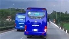 Xe chở công nhân 'ngáng đường' xe chữa cháy