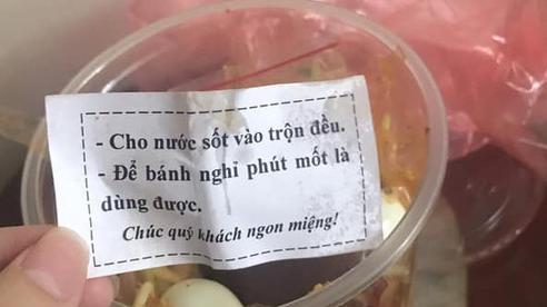 Mua hộp bánh tráng trộn về nhà, cô gái bất ngờ với dòng nhắn gửi cực dễ thương bên trong: Nhớ cho bánh 'nghỉ phút mốt' trước khi ăn!
