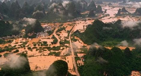 (NÓNG TUẦN QUA) Lũ lụt 'nhấn chìm' miền Nam Trung Quốc; COVID-19 phá kỷ lục mới