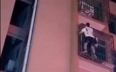 Liều mạng trèo lên ban công tầng 6 giải cứu bé trai, anh chàng không thể tự xuống được vì sợ độ cao