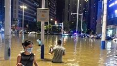 Nước ngập đến đầu gối, người Vũ Hán đi chân trần đi làm; đường núi sụt lún, xe cần cẩu thành 'đò qua sông'