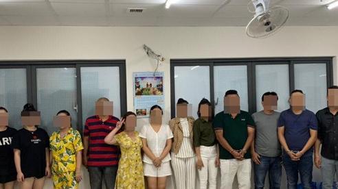 Bị bắt phê ma tuý tập thể ở toà nhà cao cấp Le'man, nhóm 'dân chơi' cười tươi khi bị chụp ảnh