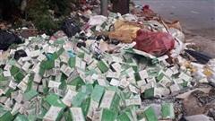 Hà Nội: Hàng trăm lọ giảm cân bị vứt bỏ trên vỉa hè Đại lộ Thăng Long