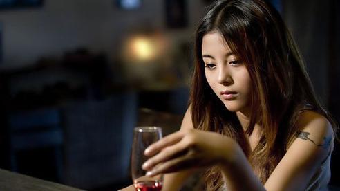Chán cảnh chồng bợm nhậu say bí tỉ tối ngày, vợ chơi chiêu 'lấy độc trị độc' khiến anh nhìn thấy rượu đã xanh mặt