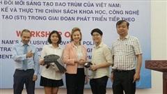 Hai học sinh người Việt và sáng chế mũ cách ly di động độc đáo