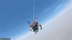 Cú nhảy dù ngoạn mục của cụ ông 103 tuổi