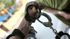 Bị còng tay, tên trộm vẫn lấy được chìa khóa 'đào tẩu' khỏi đồn công an