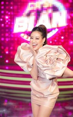 Mặc đầm hồng ngọt như kẹo, Hoa hậu Khánh Vân được MC điển trai khen là 'bông hoa có đỏ có thơm'