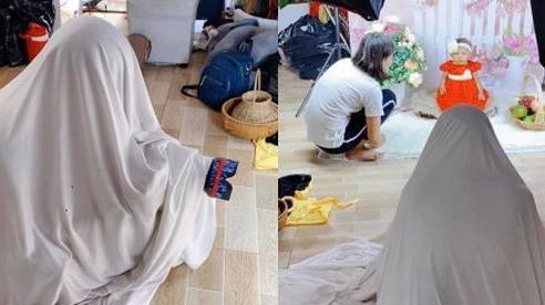 Cười 'té ghế' hậu trường chụp ảnh cho trẻ: Bé sợ người lạ nên thợ phải ngụy trang bá đạo, nhưng nhìn ảnh dân mạng còn sợ hơn