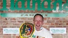 Sự thật khó tin, người đàn ông ăn 75 chiếc hot dog trong 10 giây