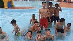 Lớp dạy bơi miễn phí cho trẻ em cơ nhỡ giữa lòng Sài Gòn, nơi đầy ắp tiếng cười và tình thương: 'Làm được những điều nhỏ bé nhưng có ý nghĩa cho đời nó vui lắm'
