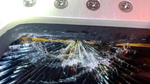 Cửa sổ buồng lái bị nứt, máy bay lập tức hạ độ cao hơn 3.000 mét trong 3 phút