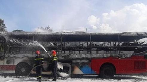 16 người kịp thời chạy thoát khỏi xe khách bốc cháy dữ dội