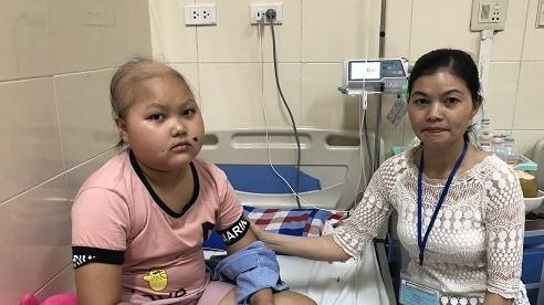 Gia đình nghèo lao đao khi chồng tai nạn, con gái ung thư máu