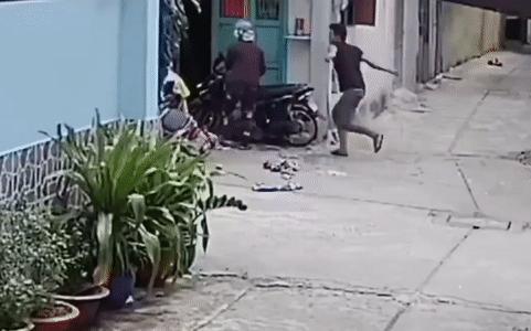Clip: Nam thanh niên đánh cha mẹ già trước cửa nhà gây phẫn nộ
