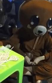 Cô gái bị ép ăn 10 chiếc kẹo mút để lấy 150 nghìn đồng, gia cảnh khốn khó khiến ai cũng phải rơi nước mắt