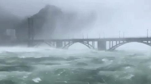 Đập thủy điện Trung Quốc xả lũ: Mặt sông tựa như mặt biển, như cuồng phong gào thét