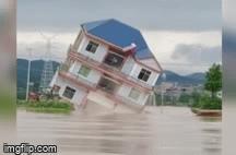 Video: Lạnh người xem dòng nước lũ 'nuốt chửng' căn biệt thự 3 tầng trong chớp mắt