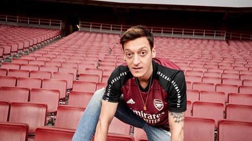 Ozil ngồi không nhận lương khủng, Arsenal bó tay