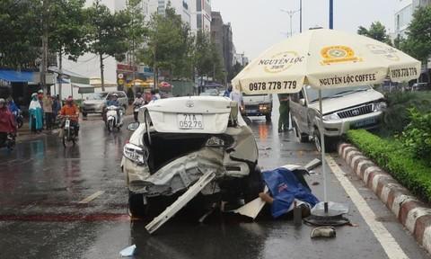 Nhân viên rửa xe lùi  ô tô cuốn đồng nghiệp tử vong