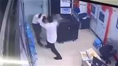 Thanh niên đánh tới tấp nữ bảo vệ: Do bấm chuông
