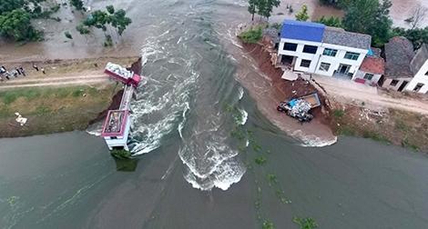 Vỡ đê sông Trường Giang, hàng nghìn dân sơ tán khẩn cấp