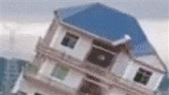 Cảnh tượng gây 'choáng' ở TQ: Căn nhà 3 tầng bị nước lũ quật ngã chỉ sau vài giây ngắn ngủi