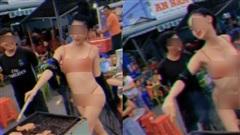 Cô gái mặc bikini gợi cảm vừa uốn éo vừa nướng thịt giữa phố nhận 'cơn mưa' chỉ trích từ cộng đồng mạng