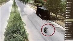 Clip: Chạy xe máy lao thẳng vào ô tô bên đường, trạng thái của người đàn ông gây chú ý đặc biệt