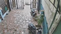CLIP: Chồng lao xe phá hỏng cổng nhà, vợ ra la lối liền bị nhắc ngay một điều