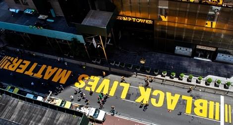 Thị trưởng New York sơn dòng chữ 'Black Lives Matter' trước tòa Tháp Trump