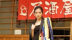 'Miss thần thái' Lâm Bích Tuyền khoe eo thon, váy áo rực rỡ cả con phố