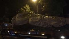 Xôn xao hình ảnh xe chở cây 'quái thú' băng băng chạy trên đường ở Nghệ An