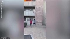 Video: Thót tim cảnh cựu sĩ quan thủy quân lục chiến Mỹ đỡ cậu bé rơi từ tầng 3 ngôi nhà đang cháy