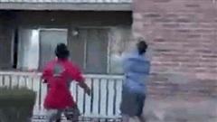 Clip: Người đàn ông tay không cứu sống bé trai rơi từ tầng 3 ngôi nhà bốc cháy
