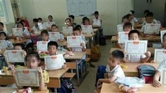 Hình ảnh cậu học sinh lạc lõng trong lớp gây tranh cãi: 'Giấy khen có thật sự nói lên tất cả?'