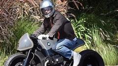 Brad Pitt 'ngầu' với mô-tô, bí mật rời nhà vợ cũ Angelina Jolie