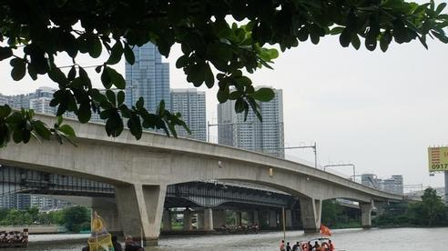 Thanh niên nhảy sông mất tích, người dân đứng giữa cầu Sài Gòn livestream