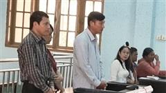 Chánh văn phòng UBND huyện hầu tòa vì 'dính' đất đai