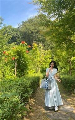 Lâu lắm rồi mới thấy 'thánh sống Chanel' nền nã dịu dàng trong váy dài thướt tha thế này