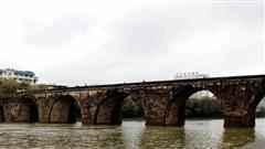 Hàng loạt cây cầu trăm tuổi của Trung Quốc đổ sập trong lũ