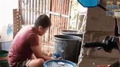 Clip: Người đàn ông giặt quần áo đầy giận hờn, trút nỗi lòng lên xô nước khiến dân mạng bật cười