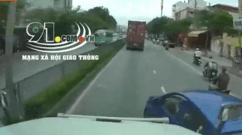 CLIP: Thích 'bon chen', đi sát đầu xe container, nữ tài xế bất ngờ bị húc văng sang đường bên kia