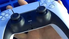 Trên tay DualSense mới của PS5, với kích thước lớn hơn nhiều DualShock 4