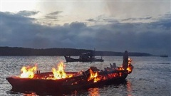 Đầu kéo bonton bốc cháy dữ dội trên sông Lòng Tàu