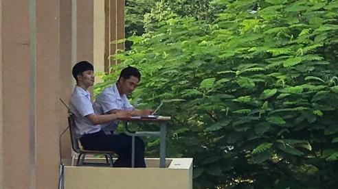 Khi muốn học bài mà lớp quá ồn ào, hai nam sinh đã chọn một vị trí ngồi học 'đắc địa' đến nỗi ai thấy cũng cười ngất