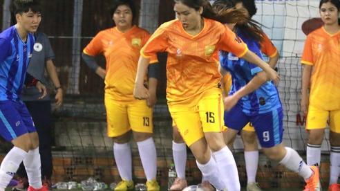 Các cô gái văn phòng, bóng đá phủi và 'Ước mơ của Thúy'