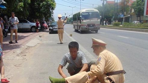 Thanh niên 21 tuổi không đội mũ bảo hiểm chạy xe máy lao thẳng vào Đại úy cảnh sát